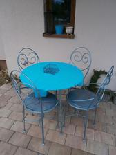 zimní terasa, aneb dřevěný nábytek schován, židličky na kafčo na sluníčku stačí.