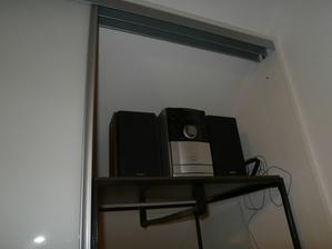rádio schované v šatně
