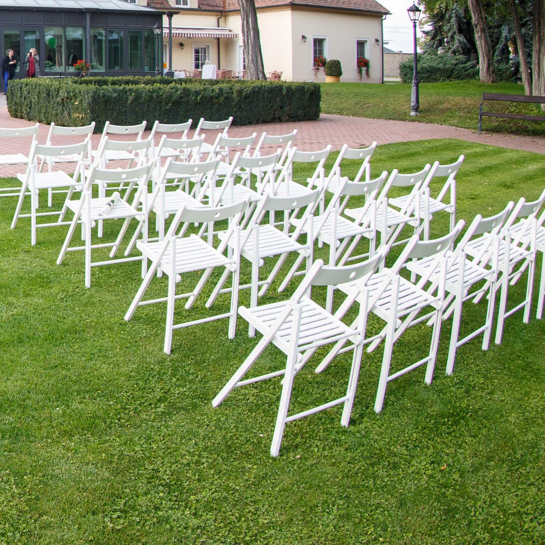 Biele drevené skladacie stoličky (prenájom) - Obrázok č. 1
