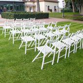 Biele drevené skladacie stoličky (prenájom),
