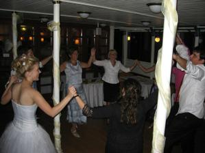 Katalanci sa veselia - typicky tanec sardanes