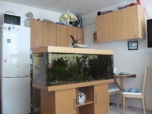 Ideální oddělení prostoru kuchyně a obýváku.