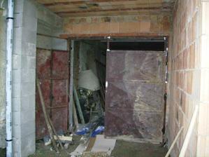z dvora stare garazove dvere ble, ale musia este vydrzat, trochu ich upravime....