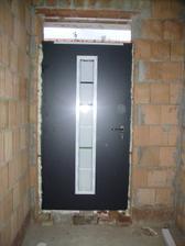 vchodove dvere s este nedokoncenym svetlikom
