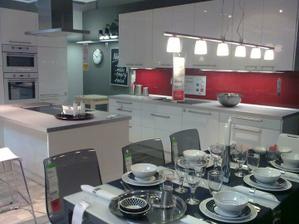a zmenili sme aj kuchynu bude v tato biela