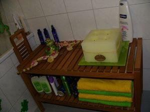 Už hotová koupelna.... hrozně se mi líbí dřevo v koupelně, nábytek Ikea