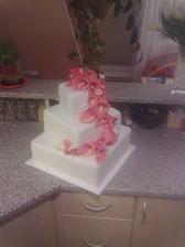 """Takto dopadla """"zkouška"""" dortu. Dělala ho sestřenice od nastávajícího - není cukrářka, dorty začla péct před 2 lety, třípatrový dort nikdy nedělala. Kaly jako zdobení dělala poprvé (my budeme mít růže, které umí nádherně). Ale přesto je dort krásný:o)"""