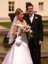 Renátka a Daniel pri fontáne