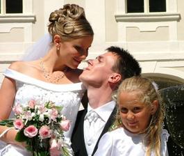 Renátka a Daniel a družička Dominika pri fontáne