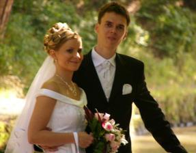 Renátka a Daniel v záhrade zámku