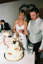 Najskôr som si odborne metodicky zamerala, kadiaľ vedie os torty a zvolila vektor krájania:-)))