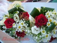 Teď jsem našla tady tuto kytí a ta kombinace růží a kopretin je úžasná..