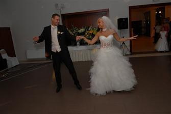 nas prvy manzelsky tancek- valcik (sme sa zapotili pri nasej skvostnej choreografii ;-)