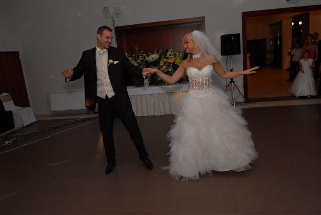 Lenka{{_AND_}}Milan - nas prvy manzelsky tancek- valcik (sme sa zapotili pri nasej skvostnej choreografii ;-)