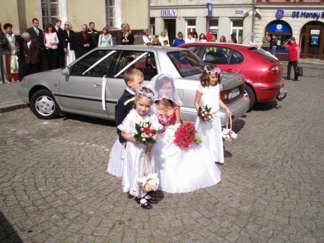 Kristína (hasik){{_AND_}}Ondřej Švecovi - s družičkami a družbou