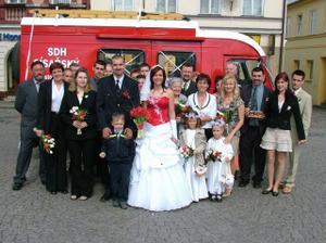 A jedna hromadná-jen rodina a svědci. Ten úplně vpravo ve světlém obleku můj bráška a náš taxikář