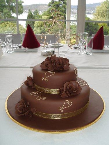 Lucka a Maťko - torta bude takato iba bude smotanovej farby, 3 poschodia,ružičky a srdcia hnedé..mňam:)