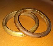 2 drevené náramky,