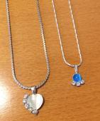 2 náhrdelníky s príveskom,