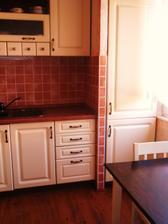 Paneláková špajz - přeměněna na vestavnou lednici.