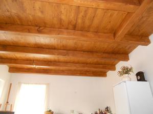 natřený strop v kuchyni