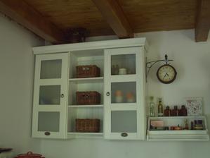 Renovace kuch. skříňky ještě není dokončena, ale začalo mě to hodně hodně bavit. Zatím provizorium, polička obráceně, tapetu na sklo dolepím... , vymaluji... jen nějak nestíhám :-).