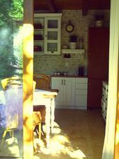 Pohled z pavlače do kuchyně.