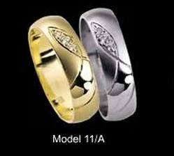 Naše prstýnky - už jsou doma. Já mám žluté zlato, přítel bílé, bez kamínků
