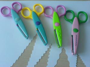 nůžky na jmenovky od šikrookých spoluobčanů všechny za Kč 45,- (žádná velká kvalita, ale úplně stačí)
