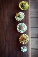 ozdobné kytičky na stůl (růžové a modré)