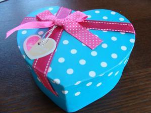 dáreček pro svědkyni..krabička kik - fakt ho miluju :D