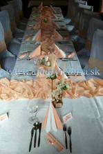 výzdobu budeme mať bielo - marhuľkovú so živými kvetmi (úprava - Ginka Košice)