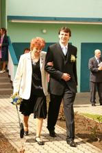 ... ženich s maminkou ...