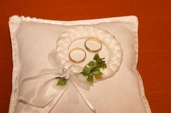 ... naše prstýnky na polštářku ...