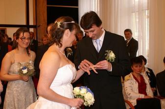 ... prstýnek nevěstě ...
