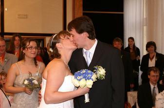 ... první novomanželský polibek byl dlouhý :-) ...