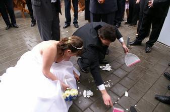 ... ženich uklízí, nevěsta sbírá penízky ...