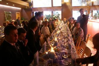 ... svíčky hořely celou svatbu ..