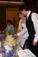 ... novomanželé krájí dort ...