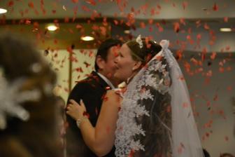srdiečkové konfetky padali na novomanželskom tanci