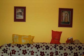 Obrazy nad gaučem v obýváku