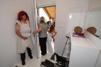 Nevěsta se kontroluje v zrcadle...je připravena...