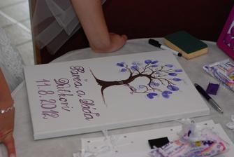 Ještě se pak přidali kamarádi při rautu, ale i tak jsem byla ráda, že jsem strom nakreslila takto malý. Úplně to stačilo a myslím, že pro naši malinkou svatbu byl tak akorát...