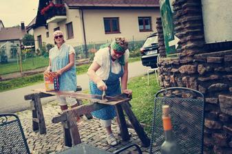 Když jsme přijeli na místo hostiny, čekalo nás překvapení. Majitelé malovali! Prý jsou Ukrajinci, majitelé prý odjeli a oni malují. Svatebčané, kteří jeli napřed, jim to spolkli i s navijákem a chtěli hledat jinou hospodu:-)