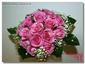 V kombinaci s bordó růží nebo gerberou by také nebylo špatné :-)