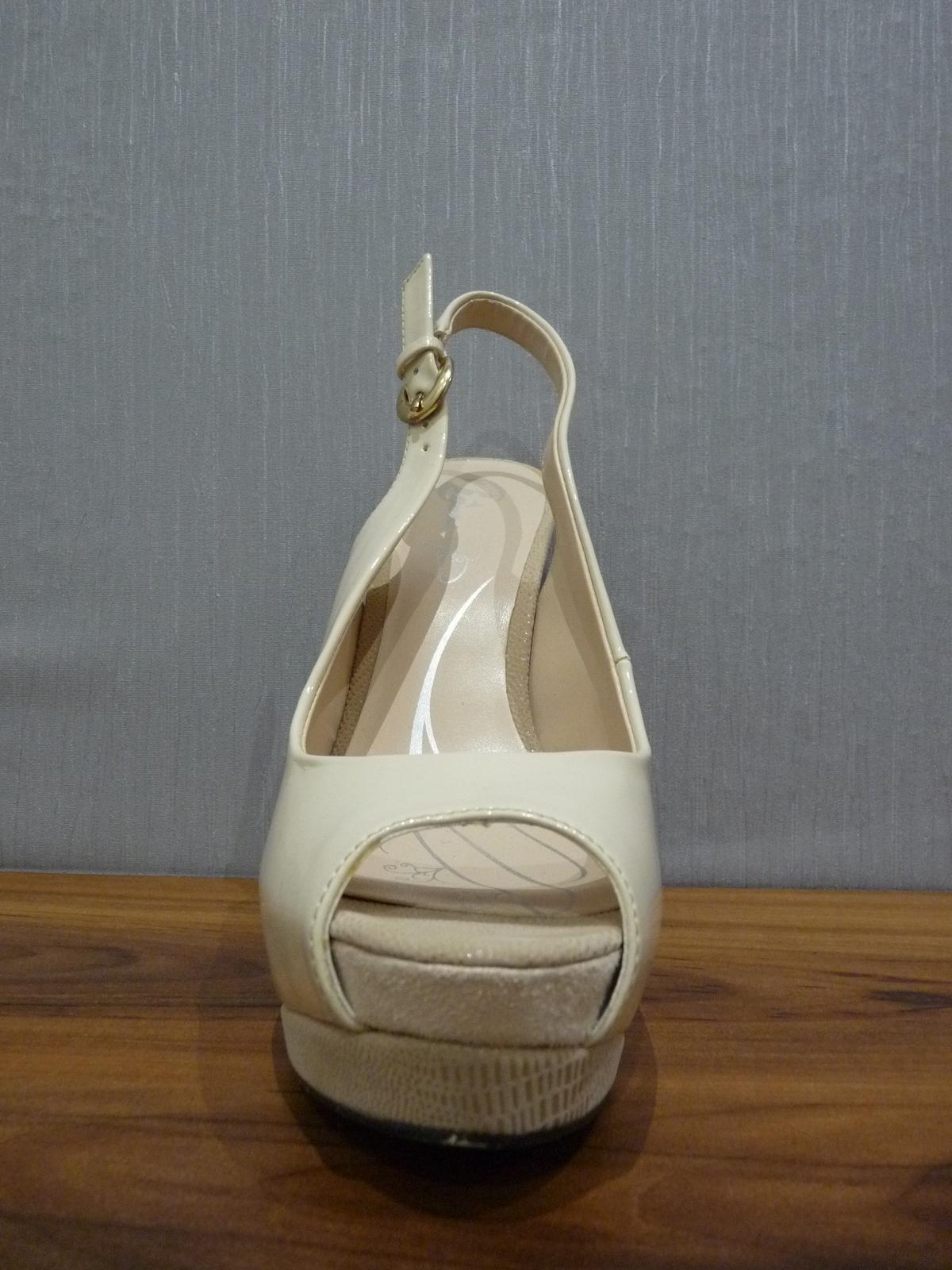 Krémové lakované sandálky s otvor. špičkou/pätou - Obrázok č. 2