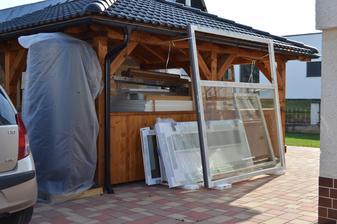 Prišli okná a zadné dvere,altánok slúži ako odkladací priestor :D