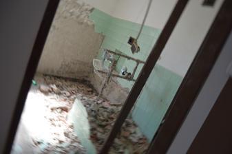kúpelka sa rýpe , ruší sa priečka medzi záchodom