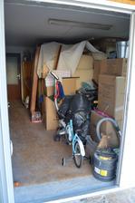naša garáž momentálne najzapratenejšia miestnosť v našom dome, tam niekde je moja nov kuchyňa stoličky, gauč obývačkaaaa pomoc :D