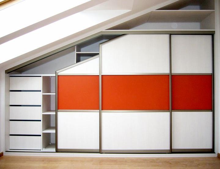 stylishrooms - Vestavěná skříň do podkroví.